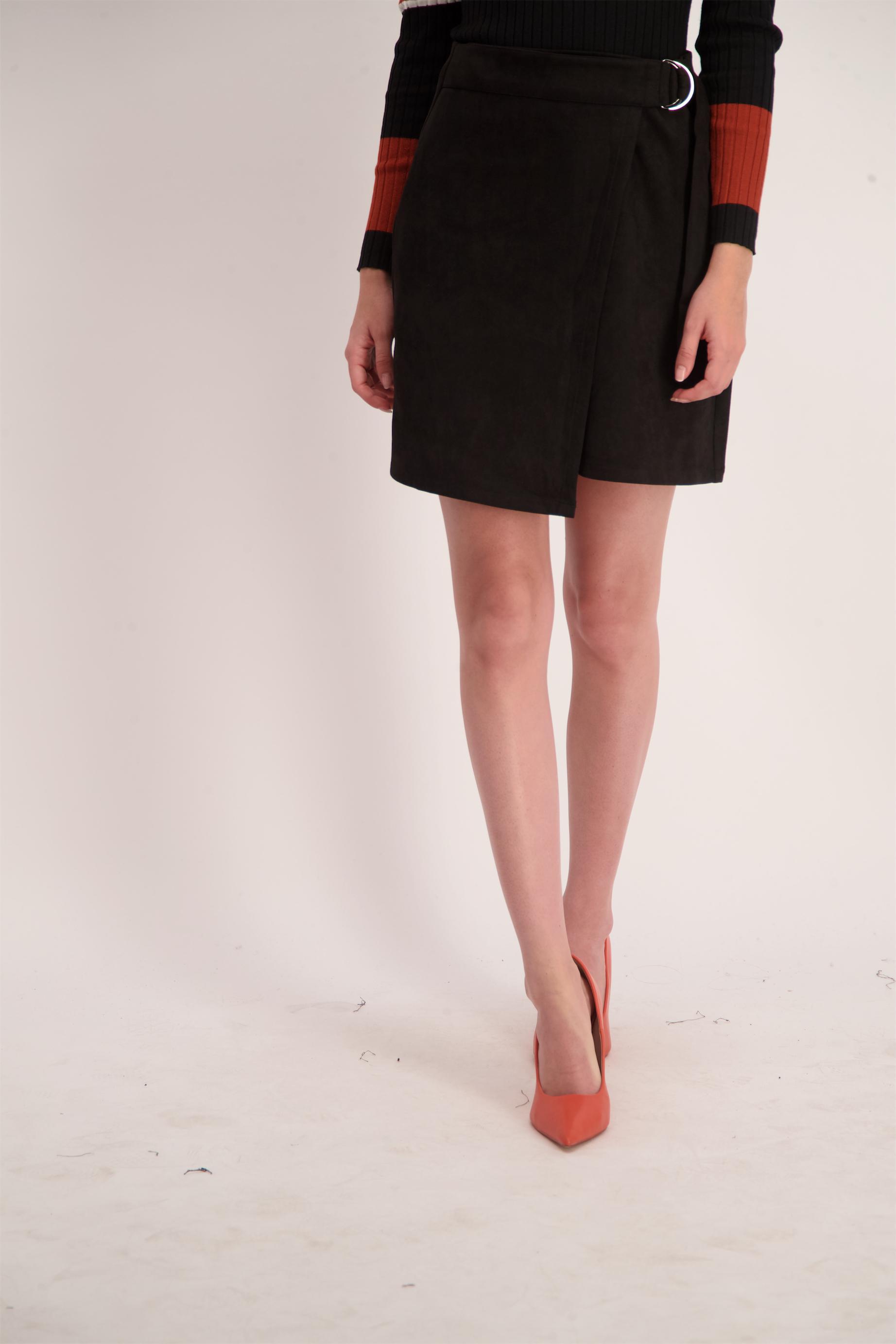 חצאית דמוי זמש אבזם